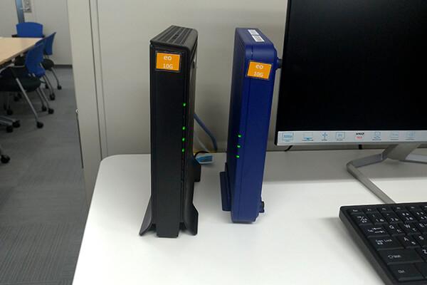 右の青い端末がeo光10ギガ対応ONU、左がeo光多機能ルーター