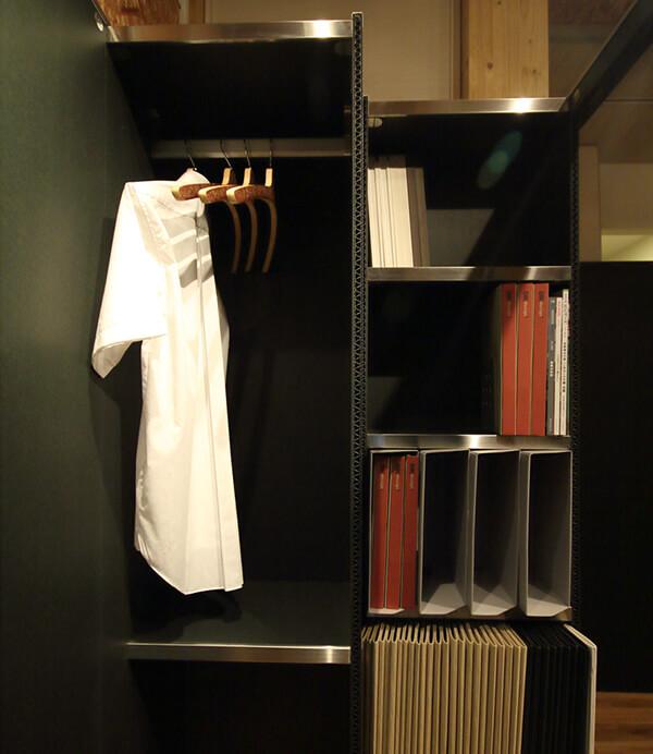 OTONA基地のクローゼット、本棚部分