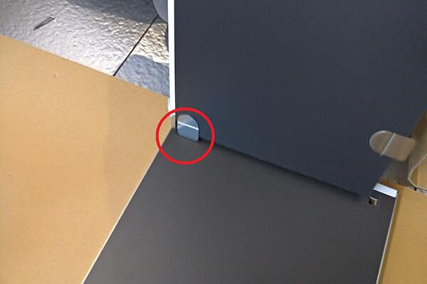 タガーを取り付けた棚板を側板に差し込む様子-1