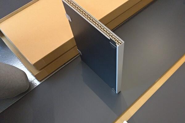 タガーを取り付けた棚板を側板に差し込む様子-2