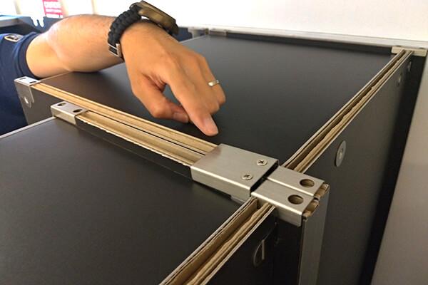 クローゼットと本棚も突起のついた金型プレートで連結