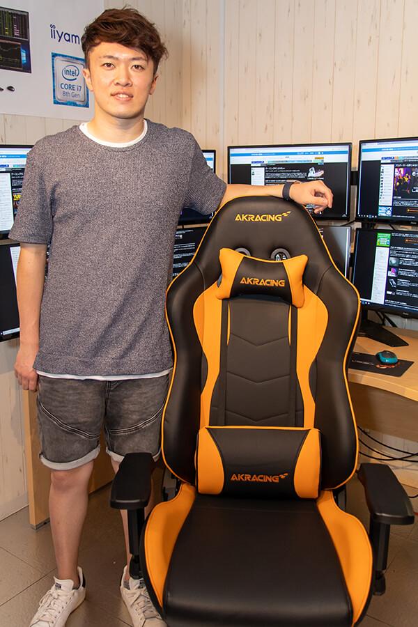 宮田選手とAKRacing製ゲーミングチェア