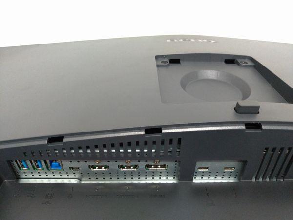 BenQ PD3220U背面下の接続端子部分