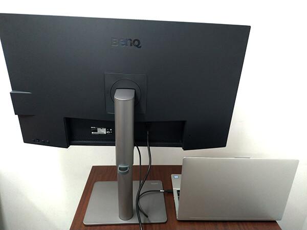 BenQ PD3220UをThunderbolt3(端子はUSB-Type-C形状)でノートパソコンと接続(背面)
