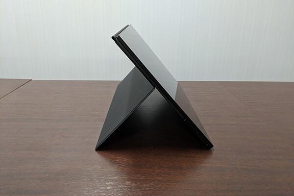 モバイルディスプレイ「FW-LCD156」付属のカバーケースをキックスタンドとして使用-2