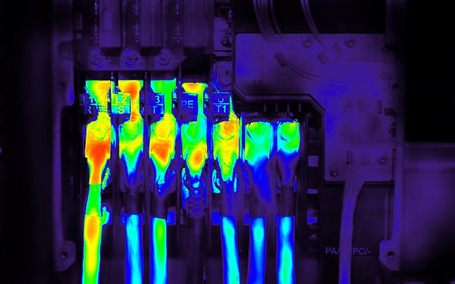 サーモカメラと温湿度センサで設備の状態を可視化するので、見た目にも異常が分かりやすい(写真はイメージ)