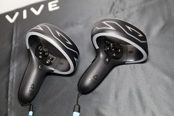 VIVE COSMOSの左右別々の形状にデザインされたコントローラー