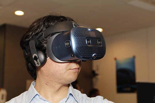 VIVE COSMOSを装着した様子(正面)