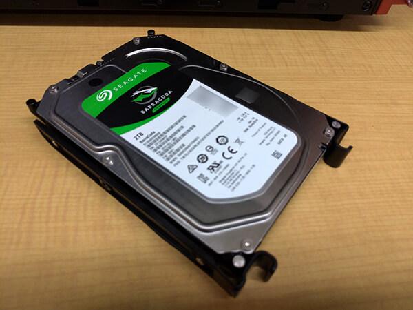 ストレージ用マウンタに増設するハードディスクを取り付けた状態