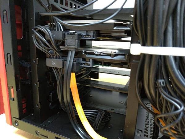 装着したハードディスクにS-ATAケーブル・電源ケーブルを接続した状態