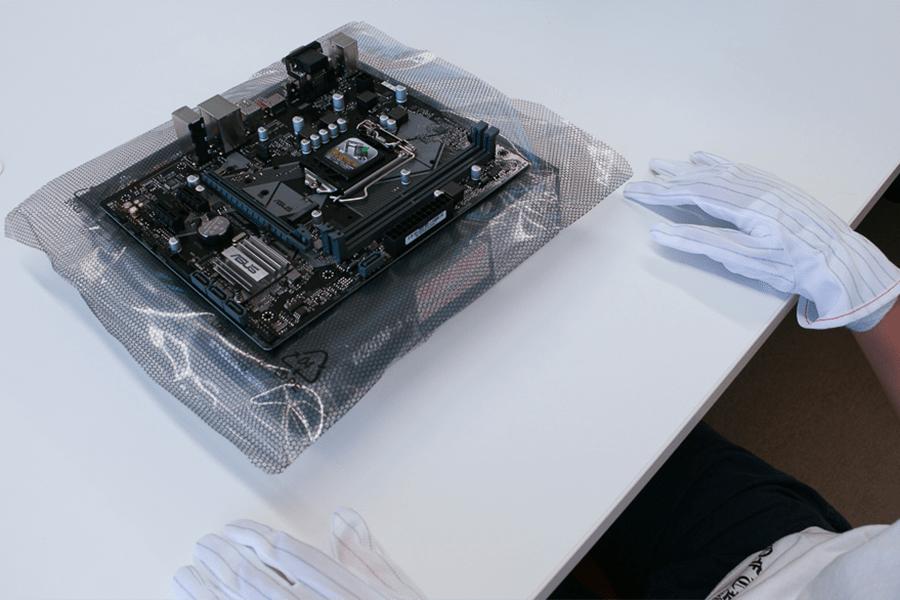 取り出したマザーボードを静電気防止袋の上に置く