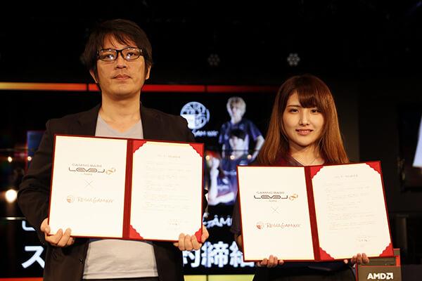 スポンサー契約書にサインを交わした株式会社ユニットコム石田 雅人氏(左)と令和ゲーミングのチーム代表である017_Reinaさん(右)