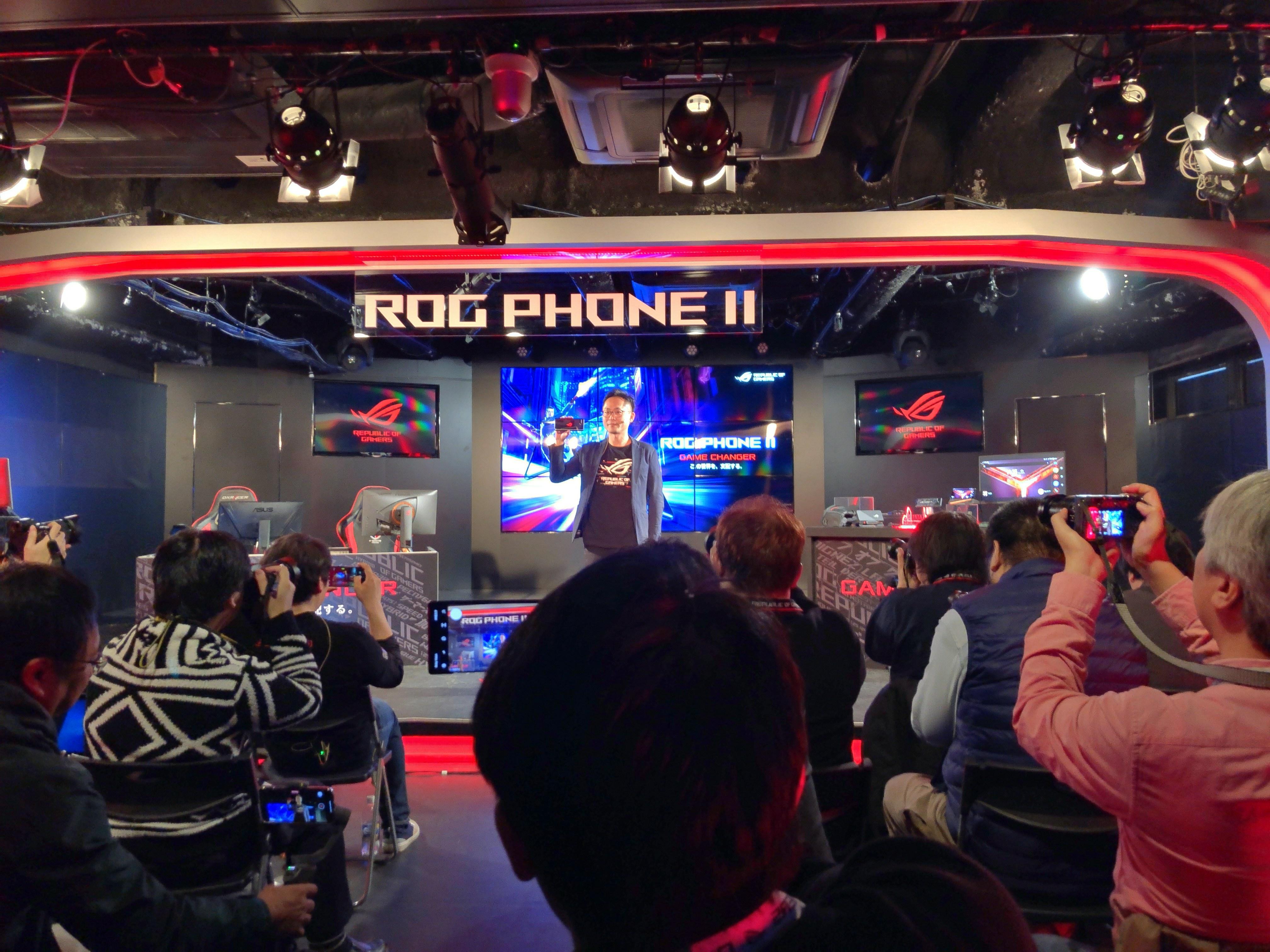 ROG Phone2を掲げるASUS JAPAN塩野氏