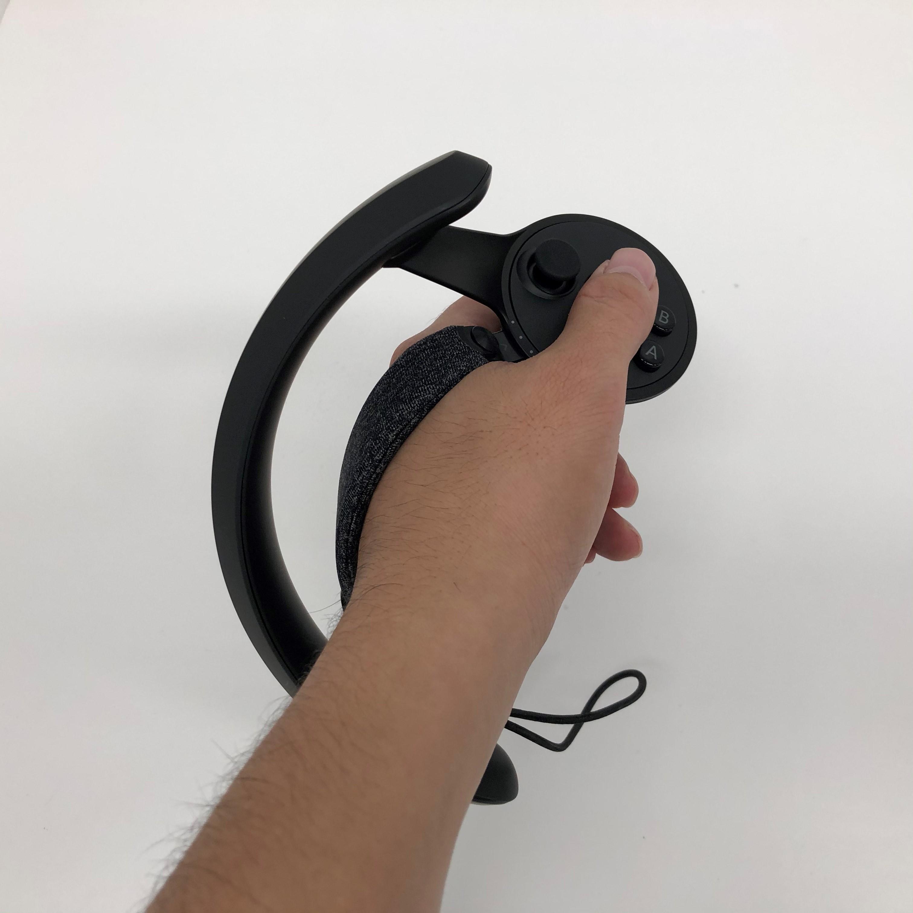 下部のゴム紐を引くことで固定