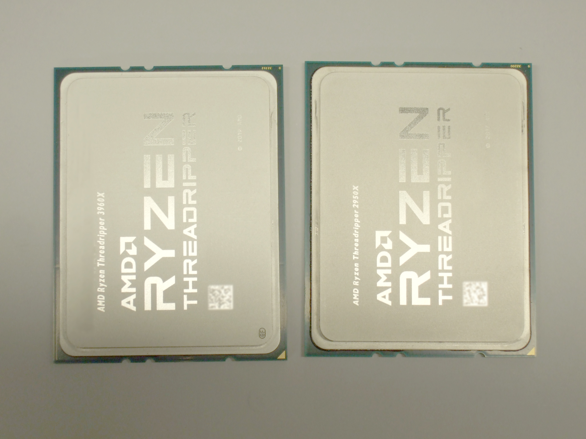 左:第3世代Ryzen Threadripper、右:第2世代 Ryzen ThreadripperのCPU表面