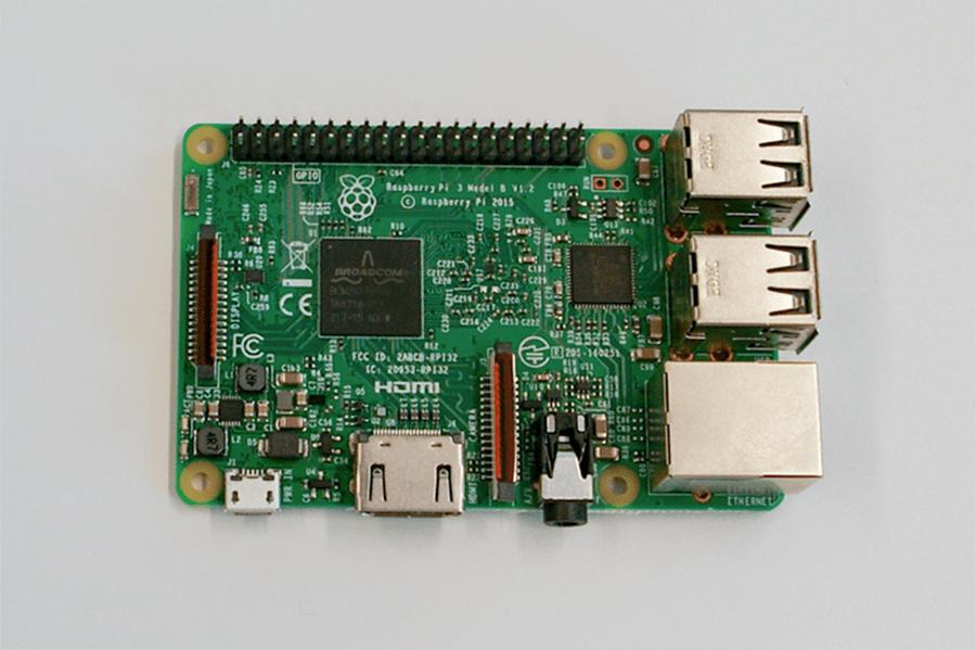 実際のRaspberry Pi。クレジットカードくらいのサイズです。