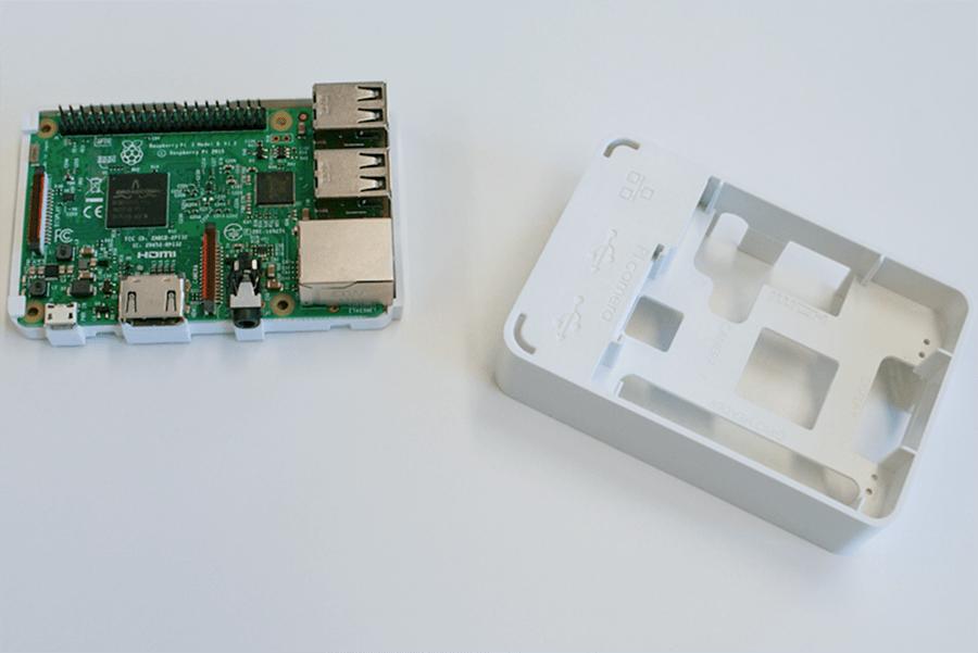 Raspberry Pi専用のケースは、さまざまなものが販売されています。今回はプラスチックケースを使用