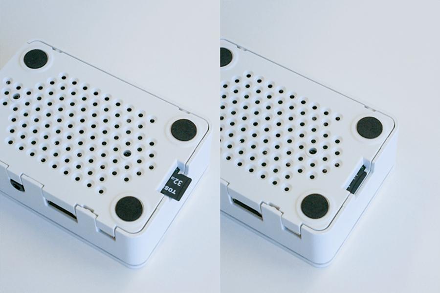 専用ケースを付けたままでもSDカードを挿しこむことができます。