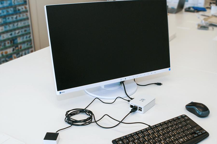キーボード、モニター、マウス、スピーカーを接続した状態