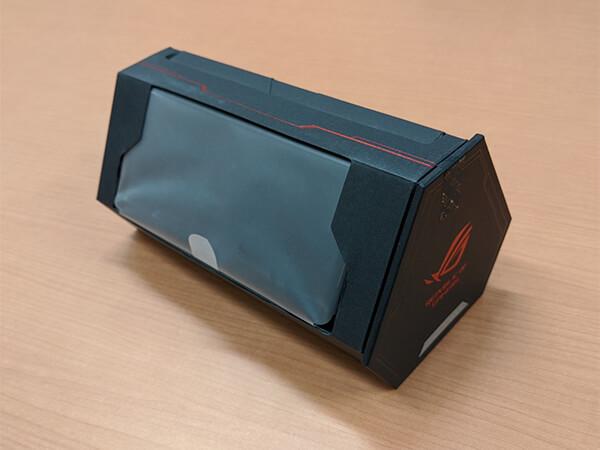 ASUS ROG Phone 2本体が収められた小箱