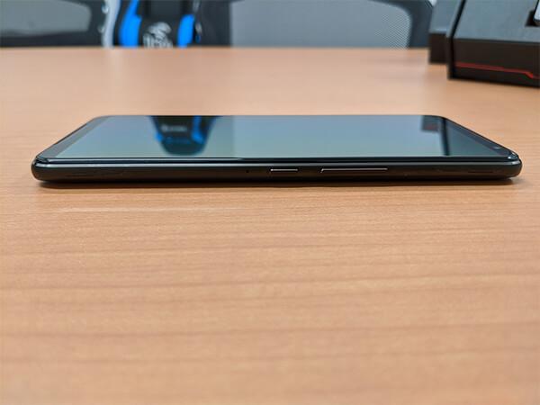 ASUS ROG Phone 2の外観(右側面)
