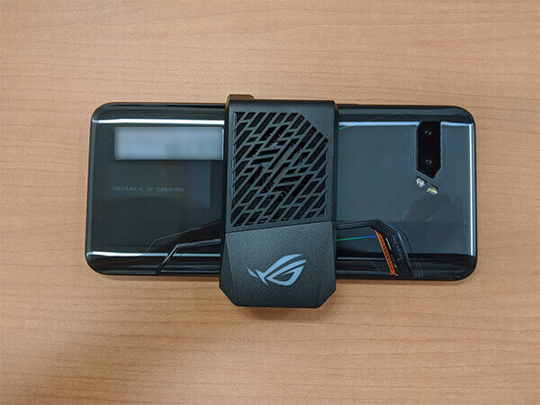 ASUS ROG Phone 2本体にAeroActive Cooler 2を取り付けた様子(背面)
