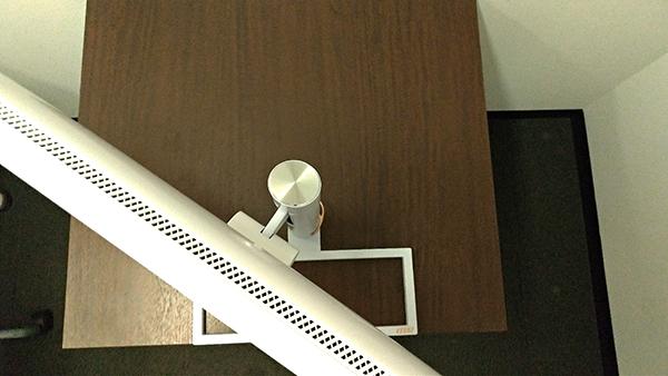 Prestige PS341WUを左にスイーベルさせた状態を上から撮影