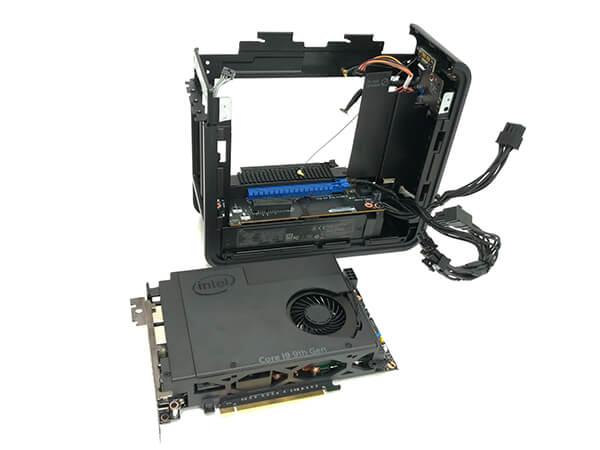 インテルNUC9i9QNXのメインボードを取り外した様子