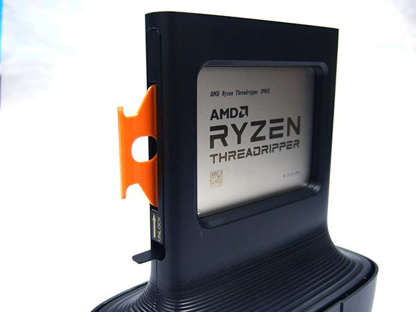 プラスチックカバーを外したRyzen Threadripper 3990X