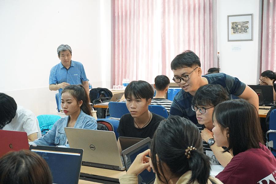ベトナム・フエ美術大学にてワークショップを行うクスールで代表取締役社長を務める松村慎さん(写真左奥)