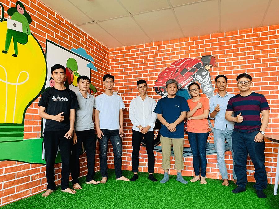 松村慎さん(左から4番目)とベトナム国立フエ科学大学の学生たち1番右にいる男性が、かつてクスールの社員として在籍していたベトナム人のタンさん