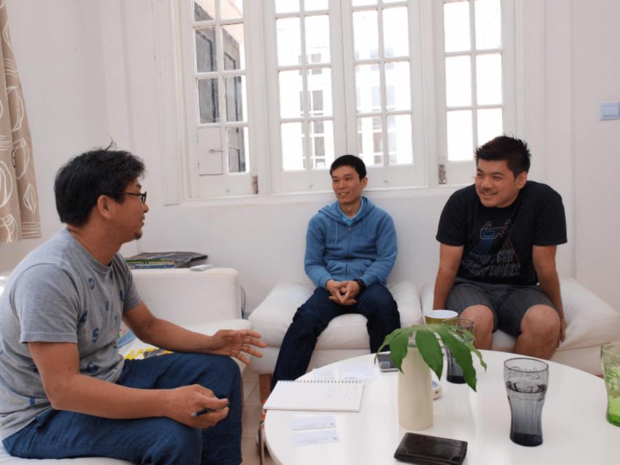 上海に拠点を置くSuper Natureのオフィスを訪れ、談笑する松村さん(左)Super Nature創業者のマレーシア人のヨー・ガンホンさん(右)とチーン・リニューさん(中央)2011年6月、松村さんと同行した筆者(遠藤義浩)が撮影した写真より