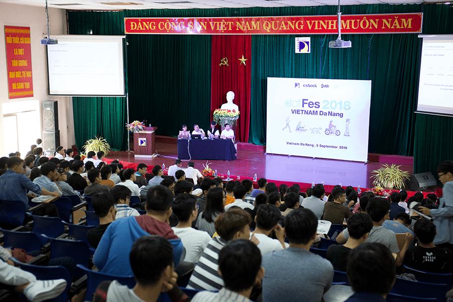 2018年、ベトナム・ダナンのダナン工科大学で開催されたクスールが主催するクリエイティブカンファレンス「dotFes」の様子より