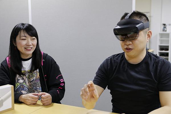 HoloLens 2での動作を実演する江口さん