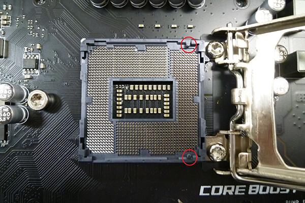 LGA1151ソケット。切り欠きの位置が右寄りになっている。