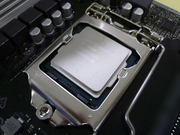 LGA1200 ソケットにCPUを搭載した様子