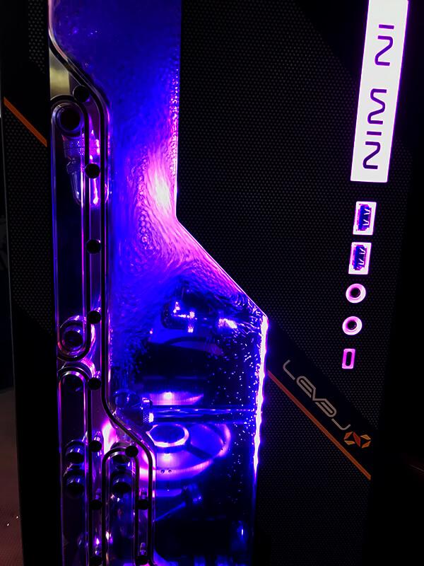 フロント部分に冷却水の薄型リザーバータンクと、ポンプを標準搭載するIn Win 303EKを採用