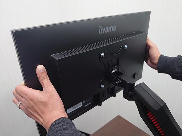 液晶モニターをモニターアームに取り付ける