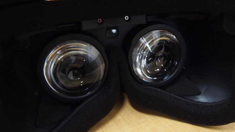 写真:レンズ部分は固定です。視差はソフトウェアで補正します。レンズの間にもセンサーがついています。