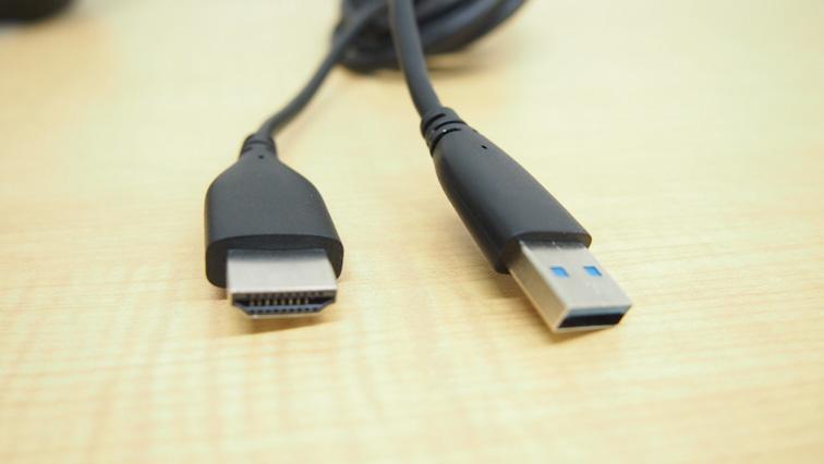 写真:PCとの接続はHDMIとUSBのみです。
